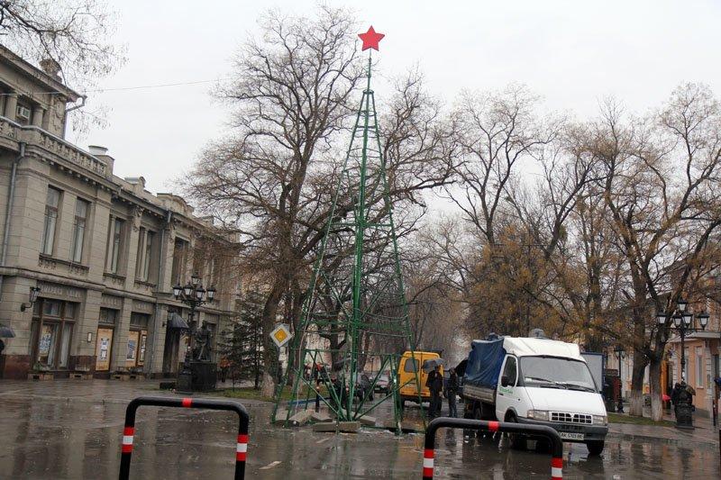 ФОТОФАКТ: В Симферополе разбирают новогодние елки, фото-3