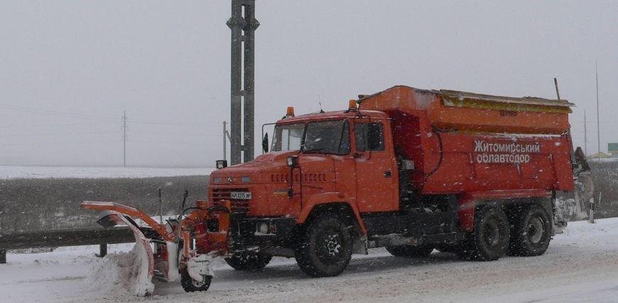 Сніг посилився – роботи на автошляхах Житомирщини теж, фото-1