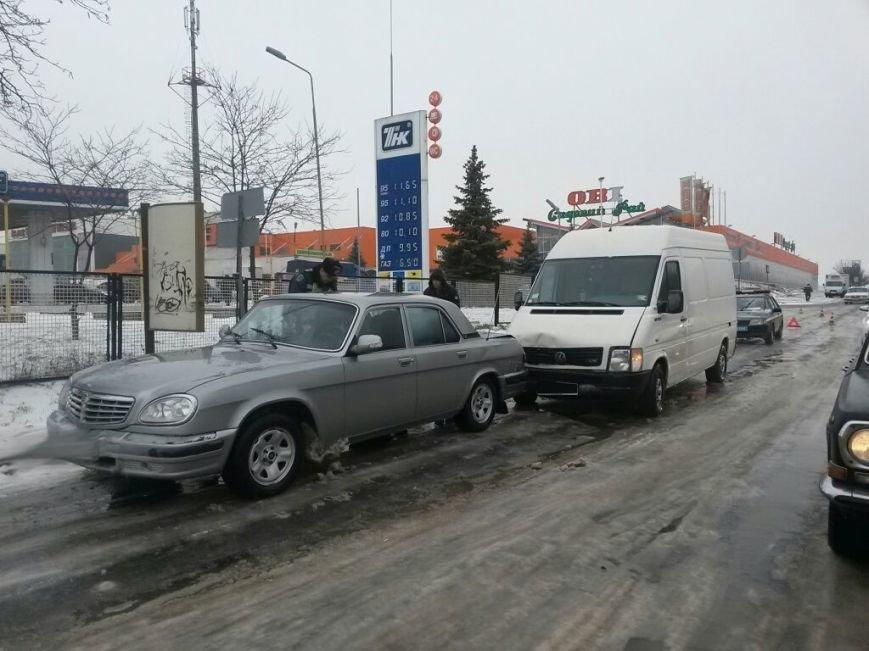 В Мариуполе грузовой микроавтобус ударил россиянина на «Волге» (ФОТО), фото-1