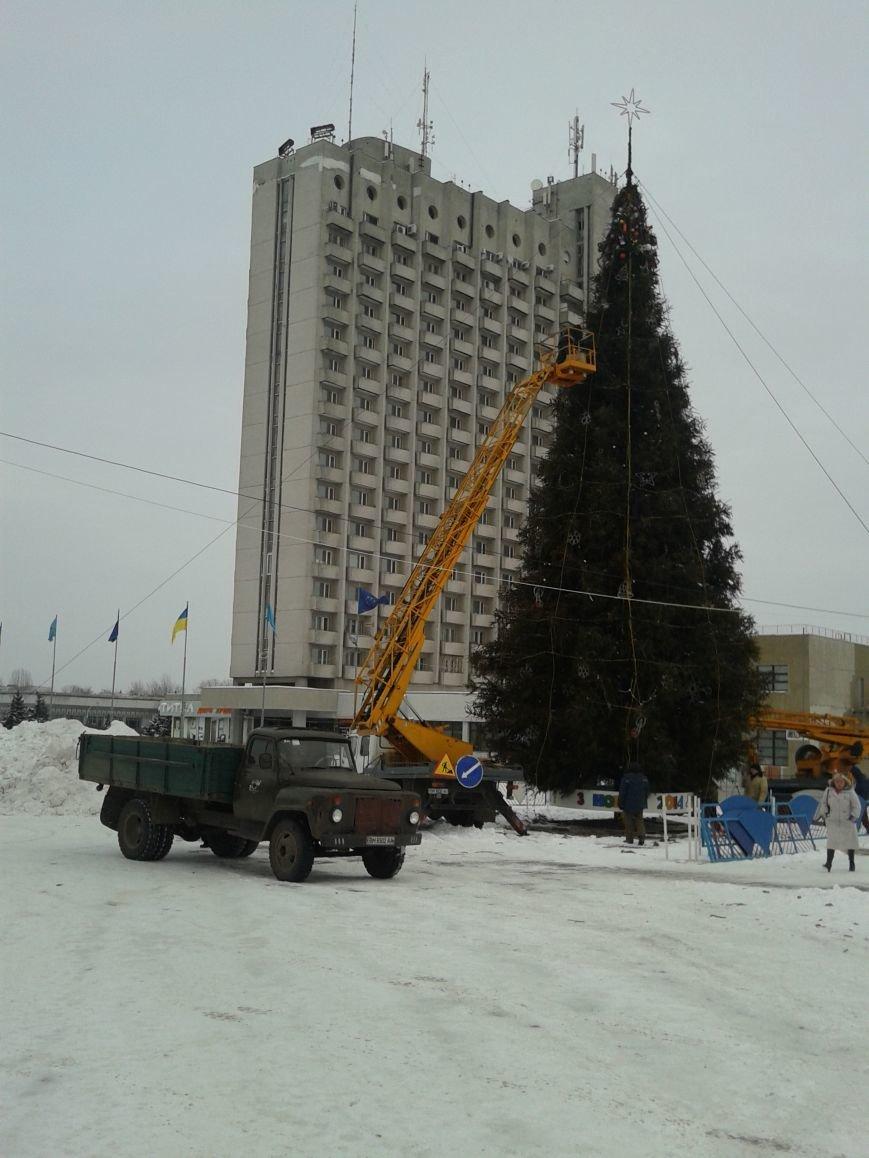 Праздники закончились: В Сумах убирают новогоднюю елку (ФОТО), фото-1