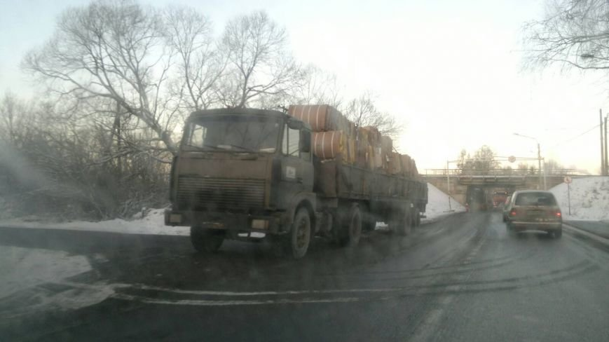 грузовик задел мост