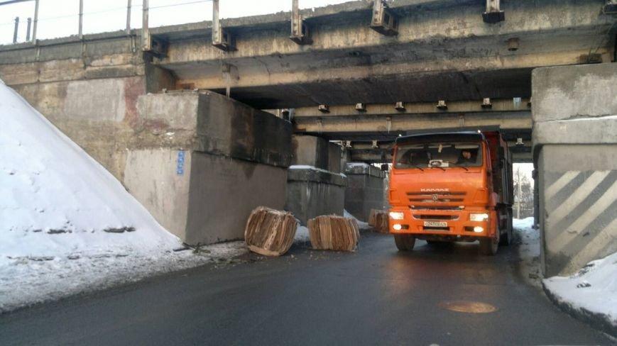 грузовик задел мост!