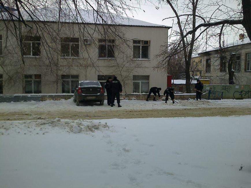 менты убирают снег