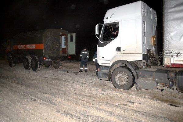 Тернопільські рятувальники витягнули з снігової пастки чотири вантажівки (фото), фото-3