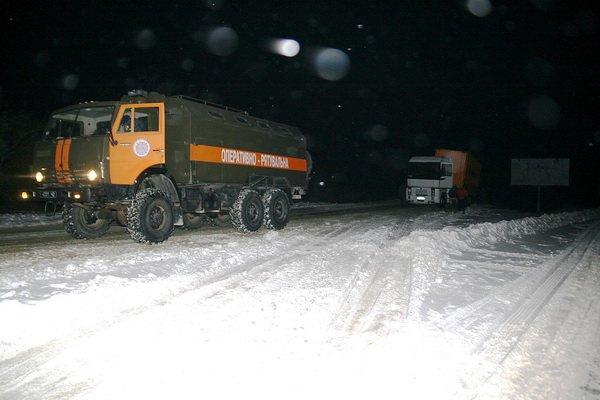 Тернопільські рятувальники витягнули з снігової пастки чотири вантажівки (фото), фото-1