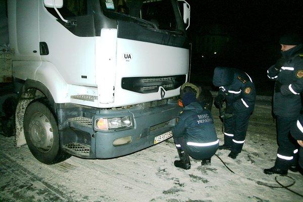 Тернопільські рятувальники витягнули з снігової пастки чотири вантажівки (фото), фото-2