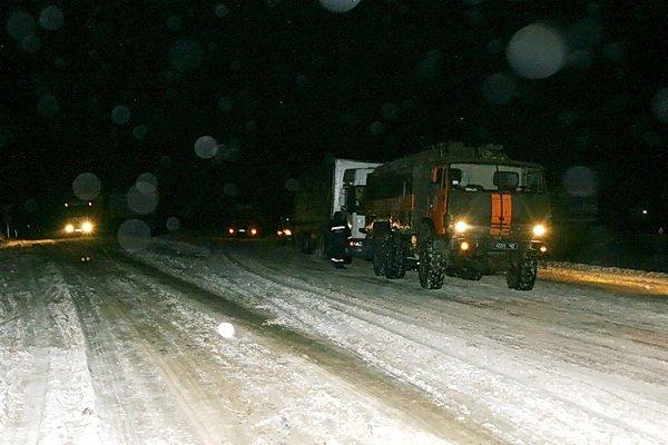 Тернопільські рятувальники витягнули з снігової пастки чотири вантажівки (фото), фото-4