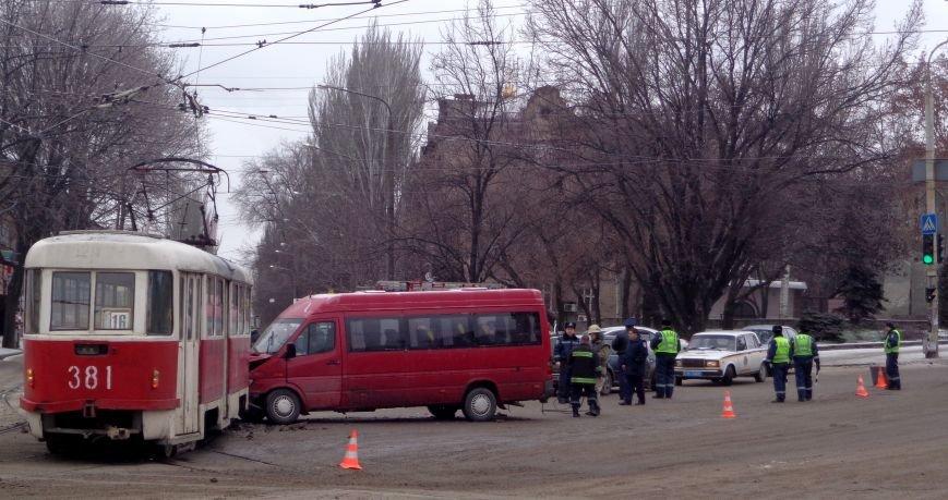 ФОТОРЕПОРТАЖ: В Запорожье маршрутка протаранила трамвай, фото-1