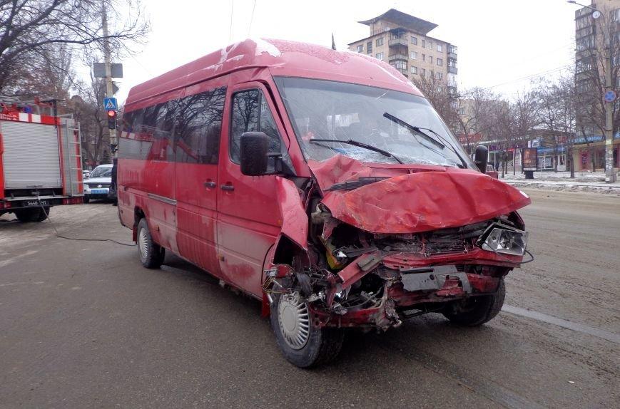 ФОТОРЕПОРТАЖ: В Запорожье маршрутка протаранила трамвай, фото-6