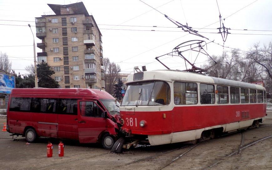 ФОТОРЕПОРТАЖ: В Запорожье маршрутка протаранила трамвай, фото-2