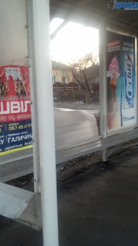 У Тернополі вже вдруге за місяць вандали розбивають стінки зупинок (фото), фото-2