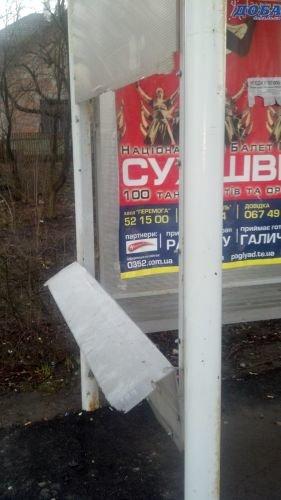 У Тернополі вже вдруге за місяць вандали розбивають стінки зупинок (фото), фото-1