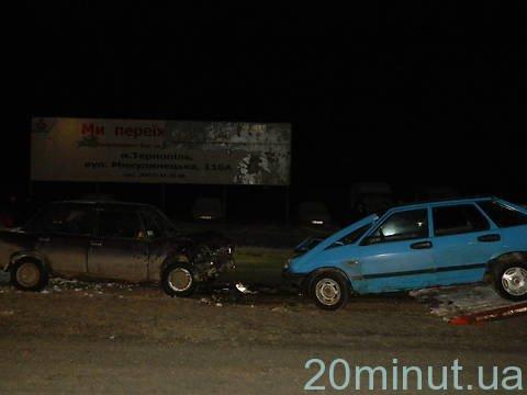 У Тернополі на дорожній розвилці «клевер» неподалік двох заправок зіткнулись дві легківки (фото, відео), фото-1