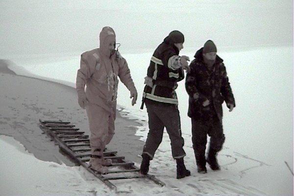 У Тернополі з крижаної купелі врятовано рибалку, який провалився під лід (фото, відео), фото-2