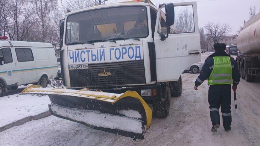 Вчера сотрудники Горловской ГАИ  и коммунальщики спасли из «снежного плена» фуру, фото-1