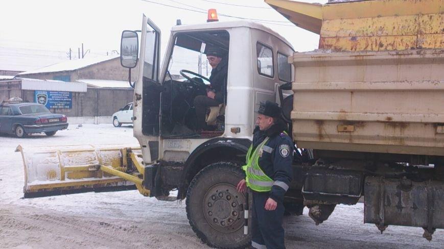 Вчера сотрудники Горловской ГАИ  и коммунальщики спасли из «снежного плена» фуру, фото-2