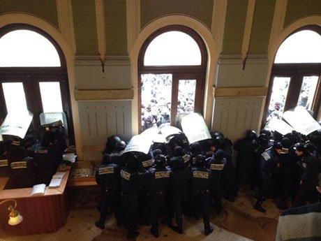 Беспорядки в регионах продолжаются и подбираются ближе к востоку Украины: в Сумах демонстранты ворвались в областной совет (ФОТО, ВИДЕО), фото-2