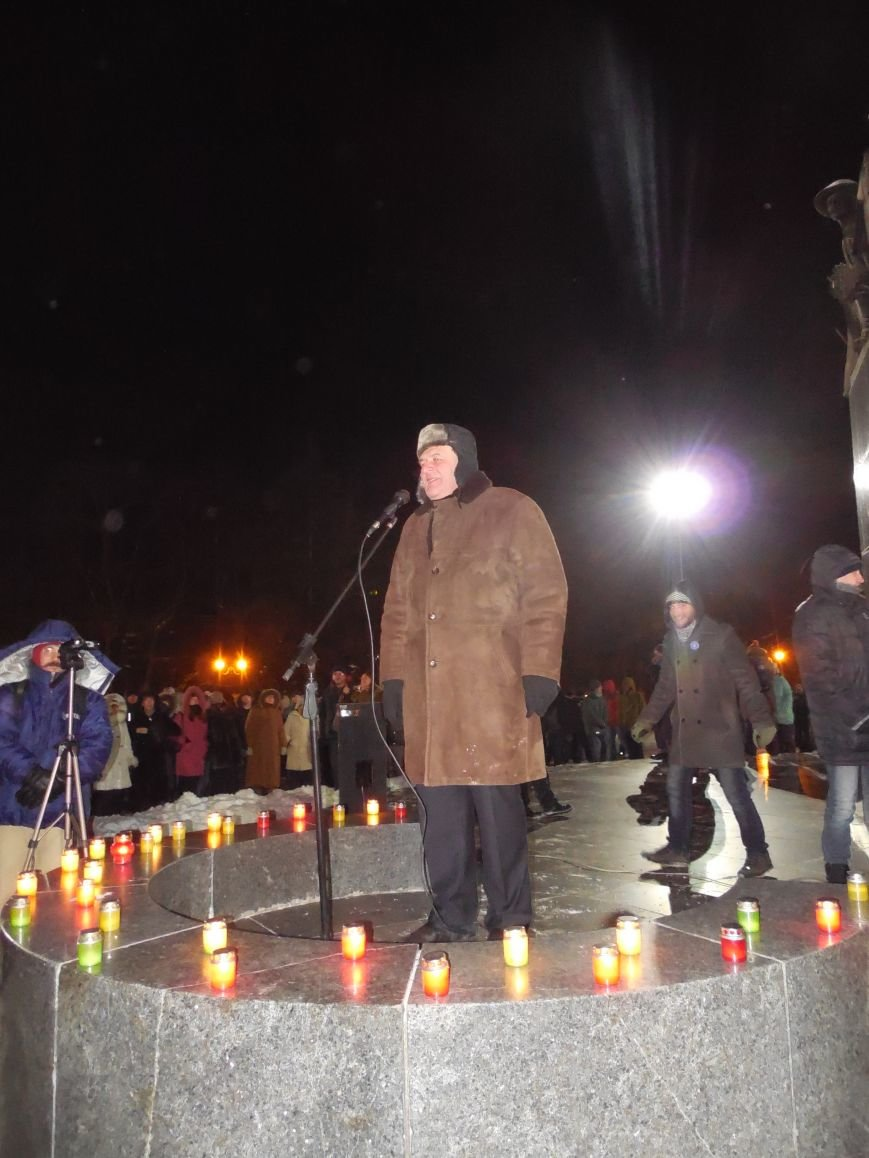 Евромайдановцы и несколько сотен УЛЬТРАС «Металлиста» с боями подошли к памятнику Шевченко. Оператору 057 «титушки» разбили камеру (фото), фото-4