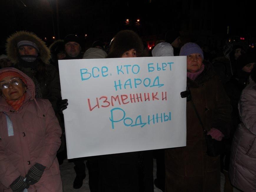 Евромайдановцы и несколько сотен УЛЬТРАС «Металлиста» с боями подошли к памятнику Шевченко. Оператору 057 «титушки» разбили камеру (фото), фото-5