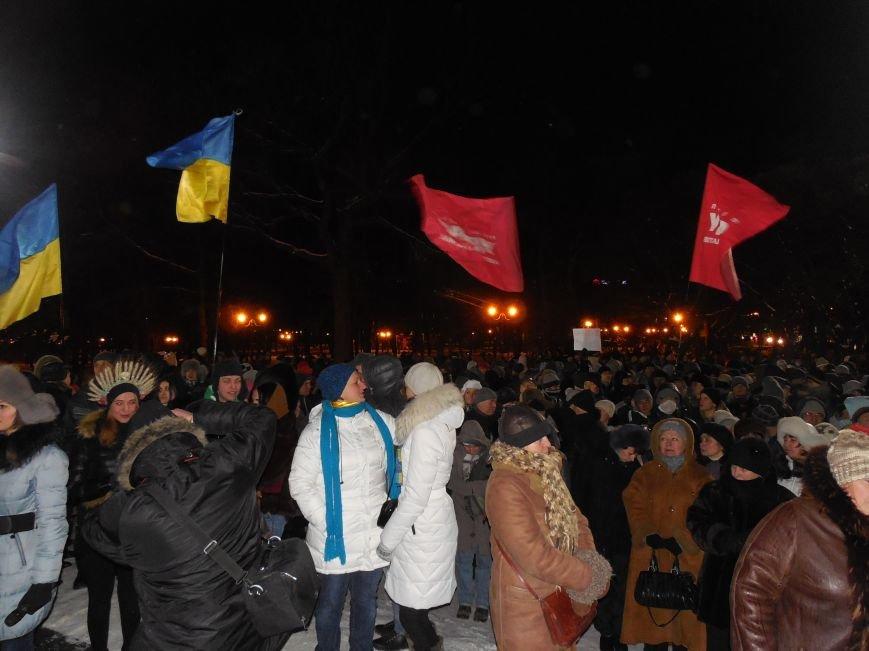 Евромайдановцы и несколько сотен УЛЬТРАС «Металлиста» с боями подошли к памятнику Шевченко. Оператору 057 «титушки» разбили камеру (фото), фото-3
