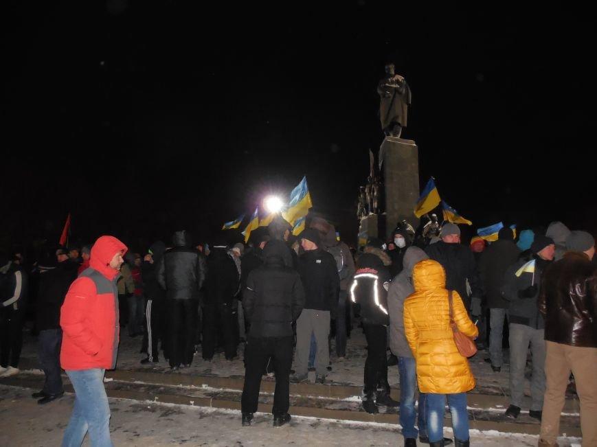 Евромайдановцы и несколько сотен УЛЬТРАС «Металлиста» с боями подошли к памятнику Шевченко. Оператору 057 «титушки» разбили камеру (фото), фото-7