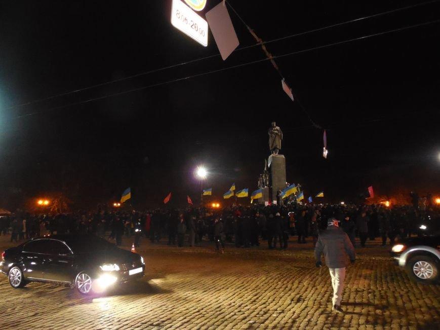 Евромайдановцы и несколько сотен УЛЬТРАС «Металлиста» с боями подошли к памятнику Шевченко. Оператору 057 «титушки» разбили камеру (фото), фото-8