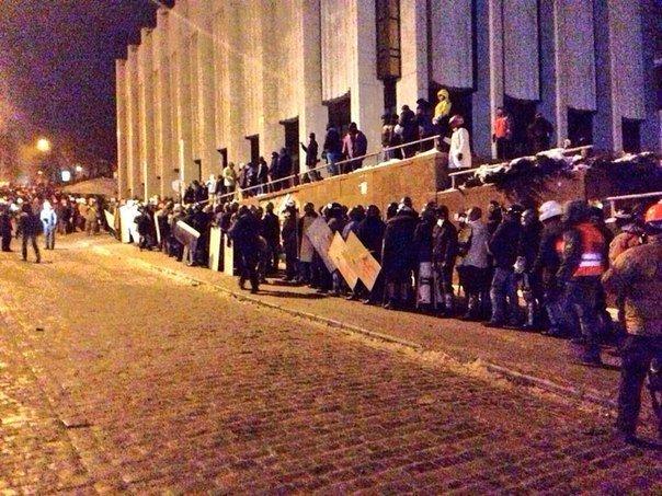 Штурм в центре Киева: митингующие отвоевали у спецназовцев «Украинский дом» (хроника противостояния, фото, видео), фото-5