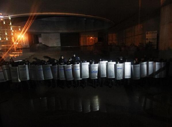 Штурм в центре Киева: митингующие отвоевали у спецназовцев «Украинский дом» (хроника противостояния, фото, видео), фото-3