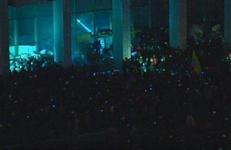 Штурм в центре Киева: митингующие отвоевали у спецназовцев «Украинский дом» (хроника противостояния, фото, видео), фото-6
