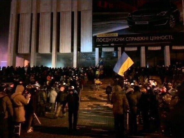 Штурм в центре Киева: митингующие отвоевали у спецназовцев «Украинский дом» (хроника противостояния, фото, видео), фото-2