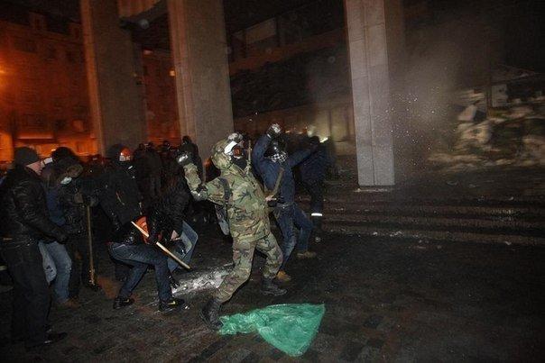 Штурм в центре Киева: митингующие отвоевали у спецназовцев «Украинский дом» (хроника противостояния, фото, видео), фото-1