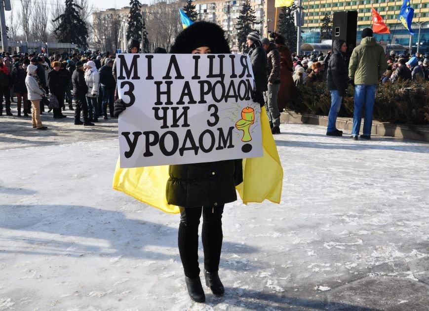 Запорожский Майдан: собрались «Ультрас», активисты и «титушки», а администрацию блокируют милиция со щитами (ФОТО), фото-4
