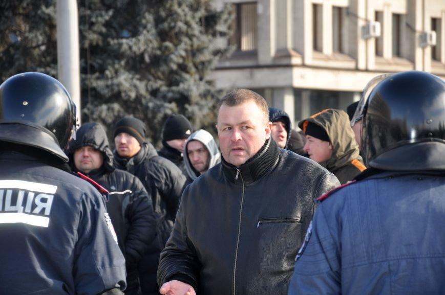 Запорожский Майдан: собрались «Ультрас», активисты и «титушки», а администрацию блокируют милиция со щитами (ФОТО), фото-1