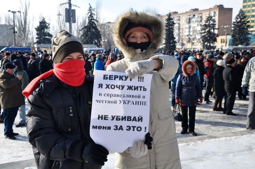 Запорожский Майдан: собрались «Ультрас», активисты и «титушки», а администрацию блокируют милиция со щитами (ФОТО), фото-3