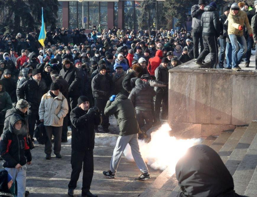 В Запорожье Майдан начал штурм здания обладминистрации (ФОТО, ТРАНСЛЯЦИЯ), фото-1