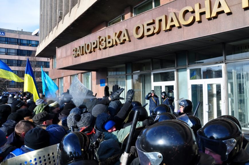 Революция по-запорожски: штурм ОГА, 10 000-й митинг и разгон Майдана (ФОТОРЕПОРТАЖ), фото-11