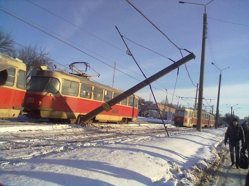 На Салтовке трамвай сошел с рельсов и сбил столб (ФОТО), фото-1