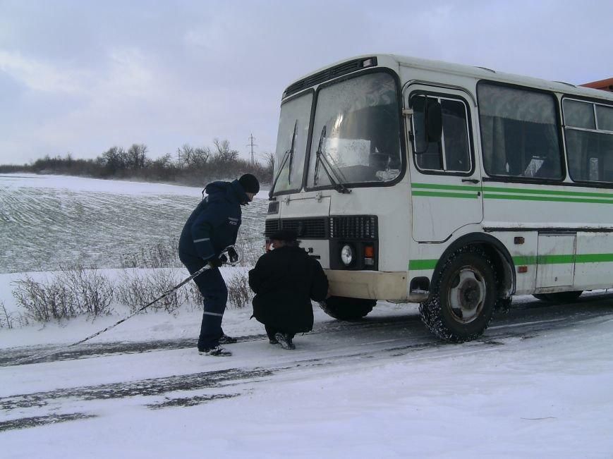 Донецкие спасатели вытянули из сугробов 4 авто, застрявших на дорогах области (фото), фото-2
