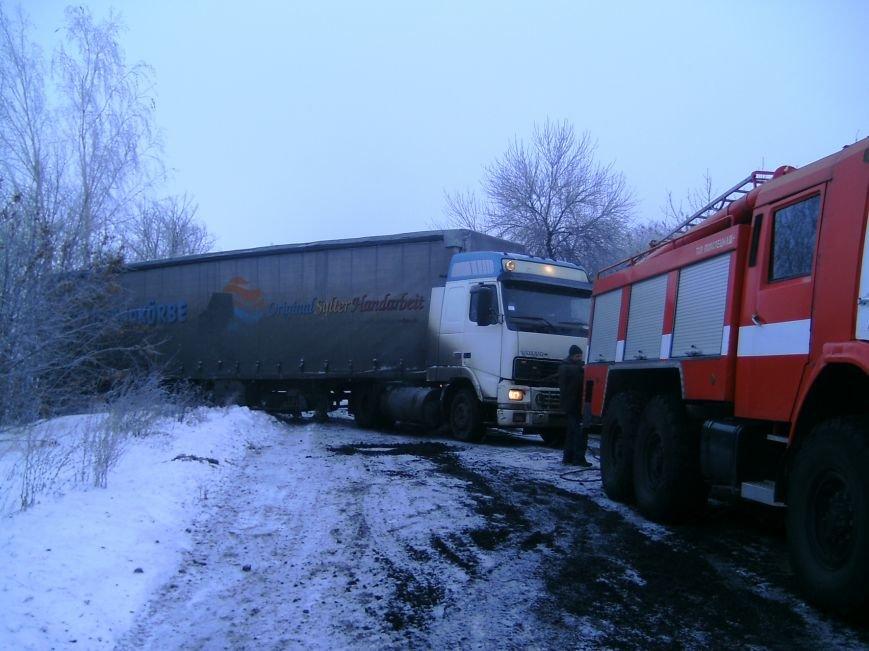 Донецкие спасатели вытянули из сугробов 4 авто, застрявших на дорогах области (фото), фото-1
