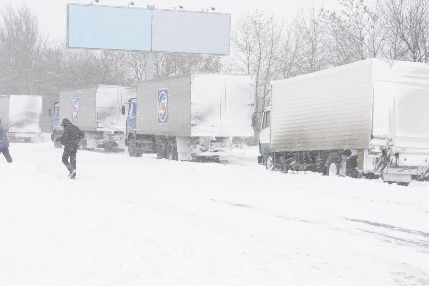 SOS! Автомобилисты, застрявшие на трассе Донецк-Мариуполь, замерзают без еды и воды (Обновляется+ФОТО), фото-1