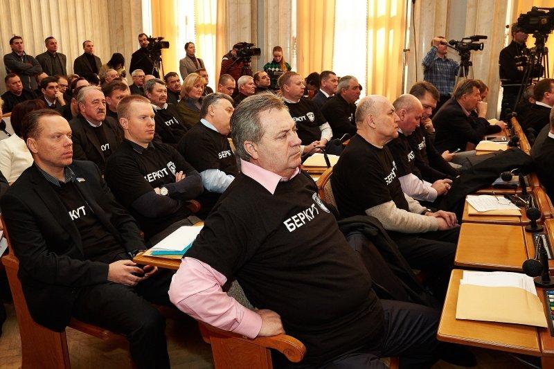 Новый перфоманс от харьковских властей: депутаты массово «вступили» в ряды «Беркута» и отдали спецназовцам 150 тысяч гривен (фото), фото-6