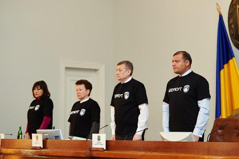 Новый перфоманс от харьковских властей: депутаты массово «вступили» в ряды «Беркута» и отдали спецназовцам 150 тысяч гривен (фото), фото-2