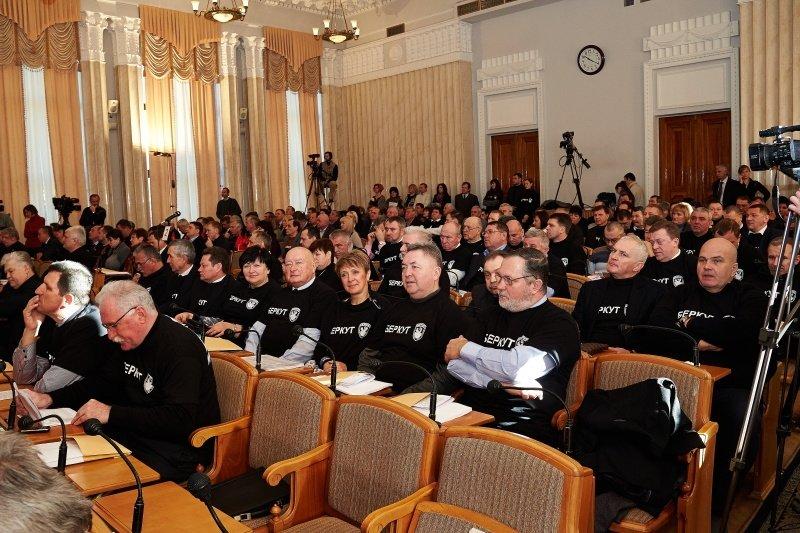 Новый перфоманс от харьковских властей: депутаты массово «вступили» в ряды «Беркута» и отдали спецназовцам 150 тысяч гривен (фото), фото-7