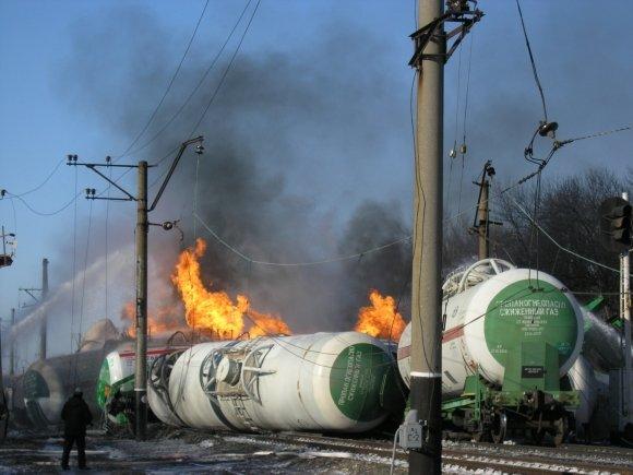 На железнодорожном перегоне Удачное-Межевая поезд сошел с рельс. Загорелись цистерны с пропан-бутаном (ФОТО, обновлено), фото-2