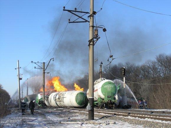 На железнодорожном перегоне Удачное-Межевая поезд сошел с рельс. Загорелись цистерны с пропан-бутаном (ФОТО, обновлено), фото-1