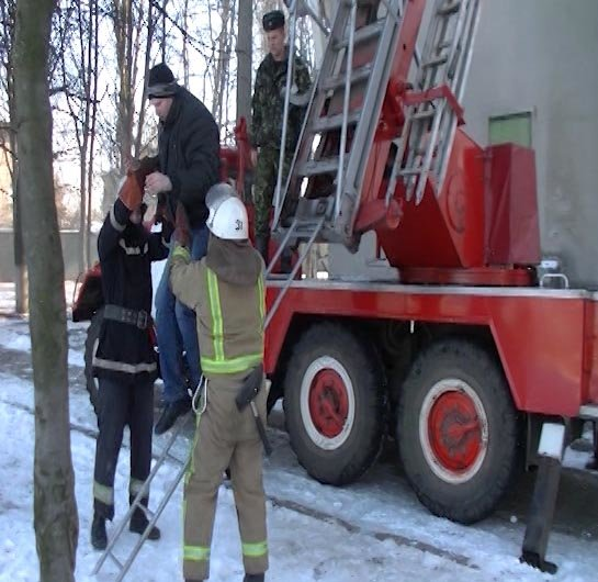 Из-за пожара в харьковском общежитии спасатели эвакуировали 70 человек (фото, видео), фото-1