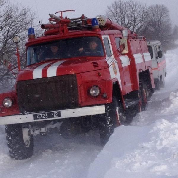 У снігових заметах на Тернопільщині застрягають автомобілі, автобуси, мікроавтобуси та «швидкі» з вагітними (фото), фото-1