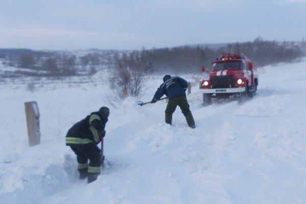 У снігових заметах на Тернопільщині застрягають автомобілі, автобуси, мікроавтобуси та «швидкі» з вагітними (фото), фото-4