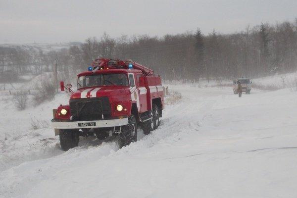 У снігових заметах на Тернопільщині застрягають автомобілі, автобуси, мікроавтобуси та «швидкі» з вагітними (фото), фото-3