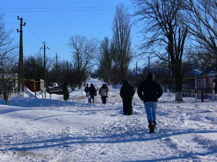 Автомобилисты, спасенные с трассы Донецк-Мариуполь, вернулись домой пешком (ФОТО), фото-7